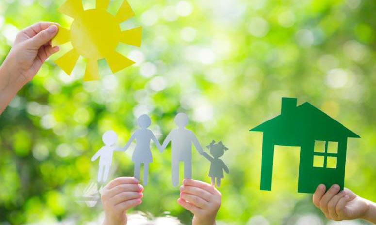 Uitgeknipte papieren zon, ouders met 2 kinderen en een huis voor een achtergrond van struiken